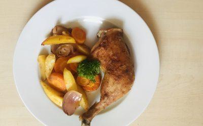 Hähnchenschenkel auf Gemüse
